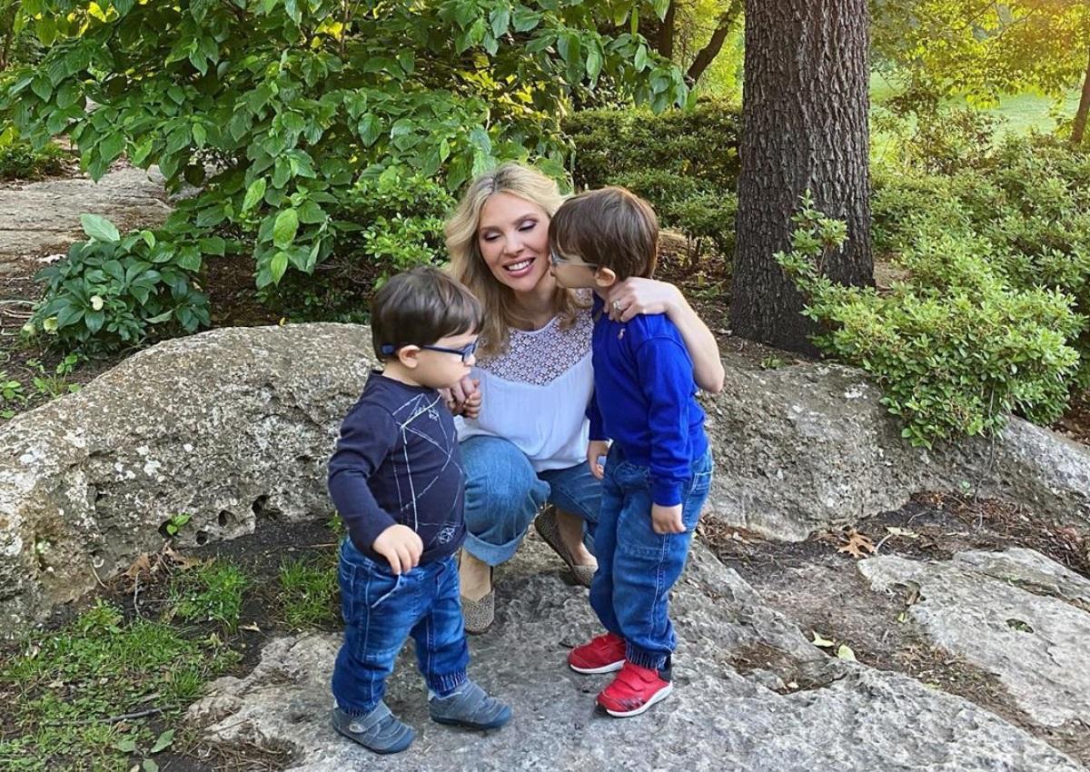 Χριστίνα Αλούπη: Καρέ καρέ η προσπάθειά της να φωτογραφηθεί με τους γιους της!