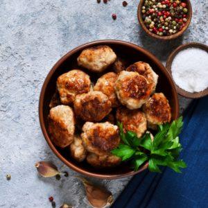 Συνταγή για κεφτεδάκια στο φούρνο με δροσερή σος γιαουρτιού
