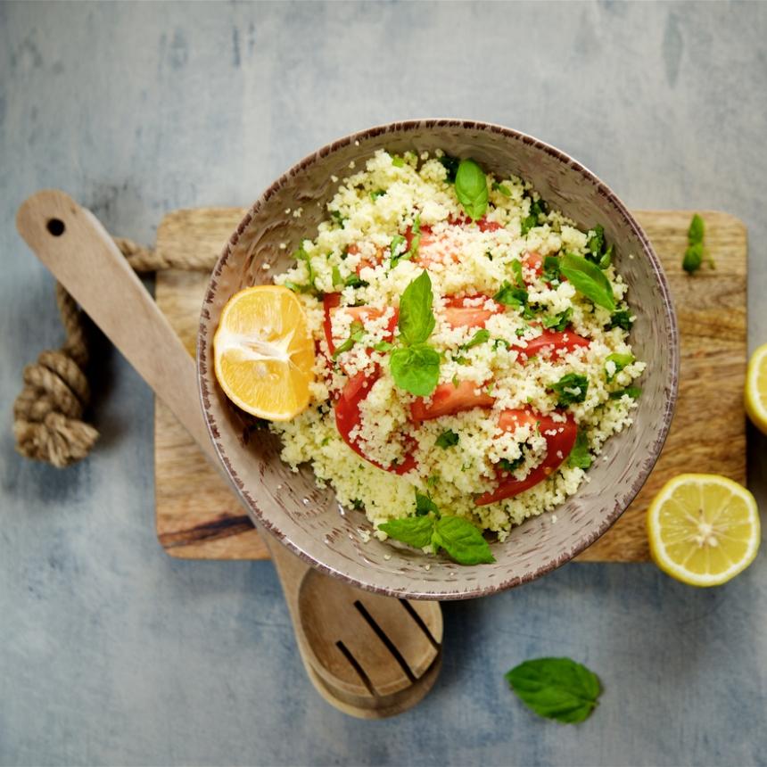 Συνταγή για δροσερή σαλάτα με κους κους και λαχανικά