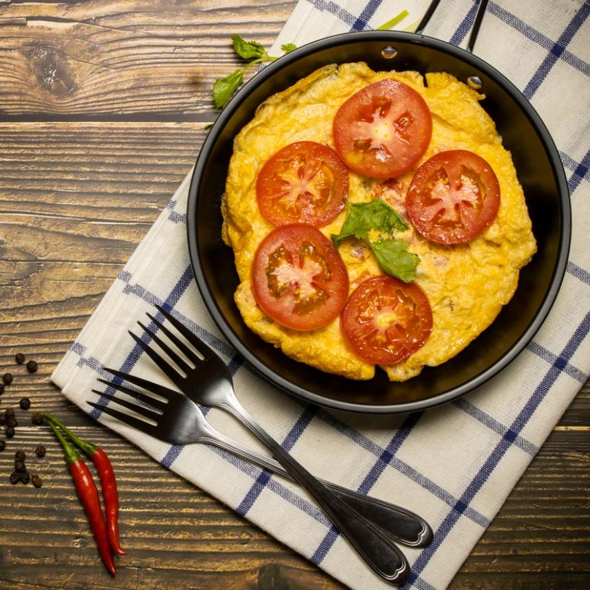 Συνταγή για ομελέτα με ντομάτα και φέτα