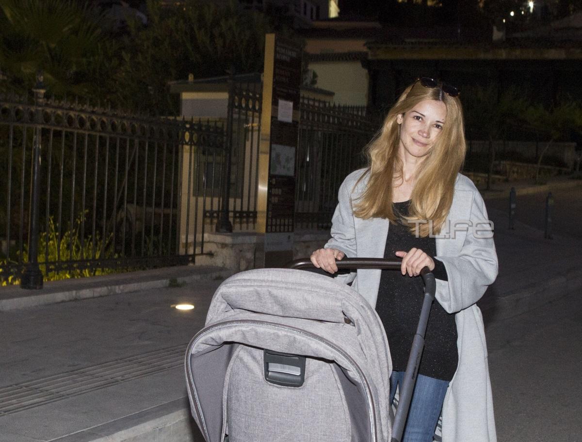 Ιωάννα Παππά: Απογευματινή βόλτα στην Αθήνα μαζί με τον γιο της [pics]