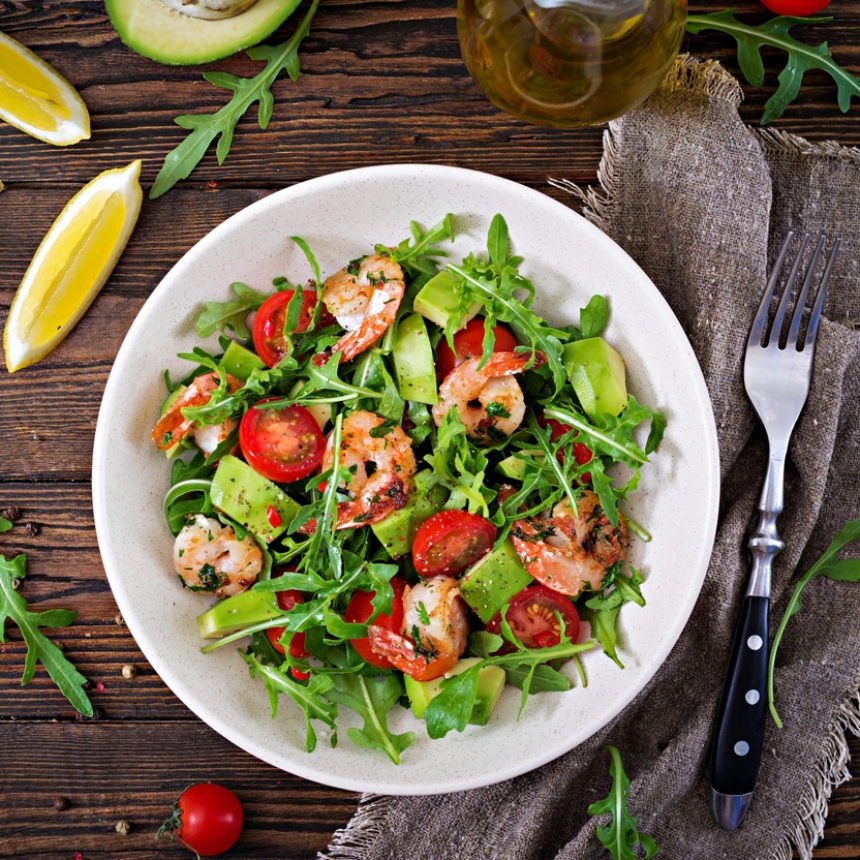 Συνταγή για δροσερή σαλάτα με γαρίδες και αβοκάντο