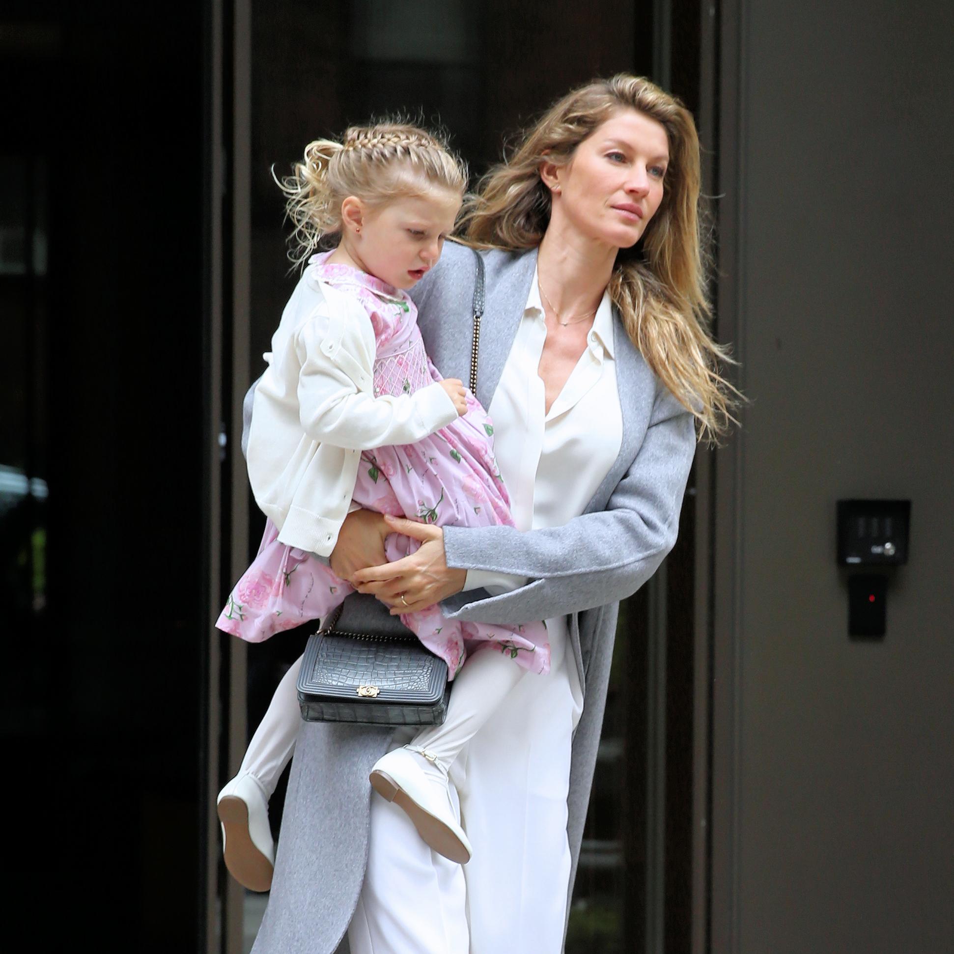 Δες την Gisele να κόβει τα μαλλιά της κόρης της!