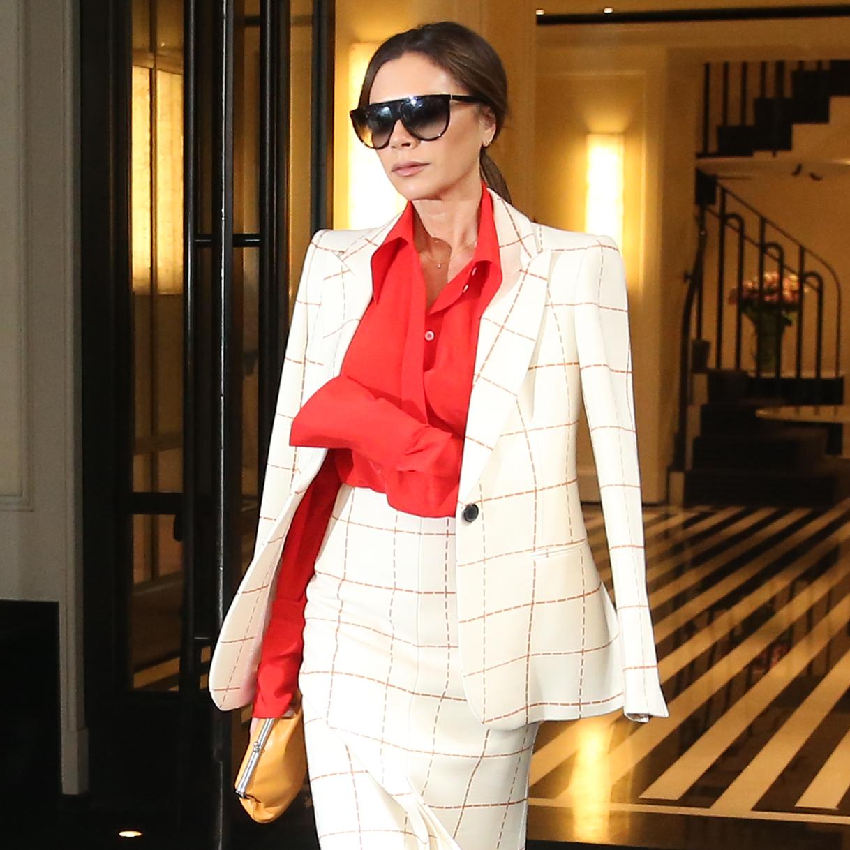 Τι μπορεί να συμβαίνει με τις βλεφαρίδες της Victoria Beckham σε αυτή τη φωτό;