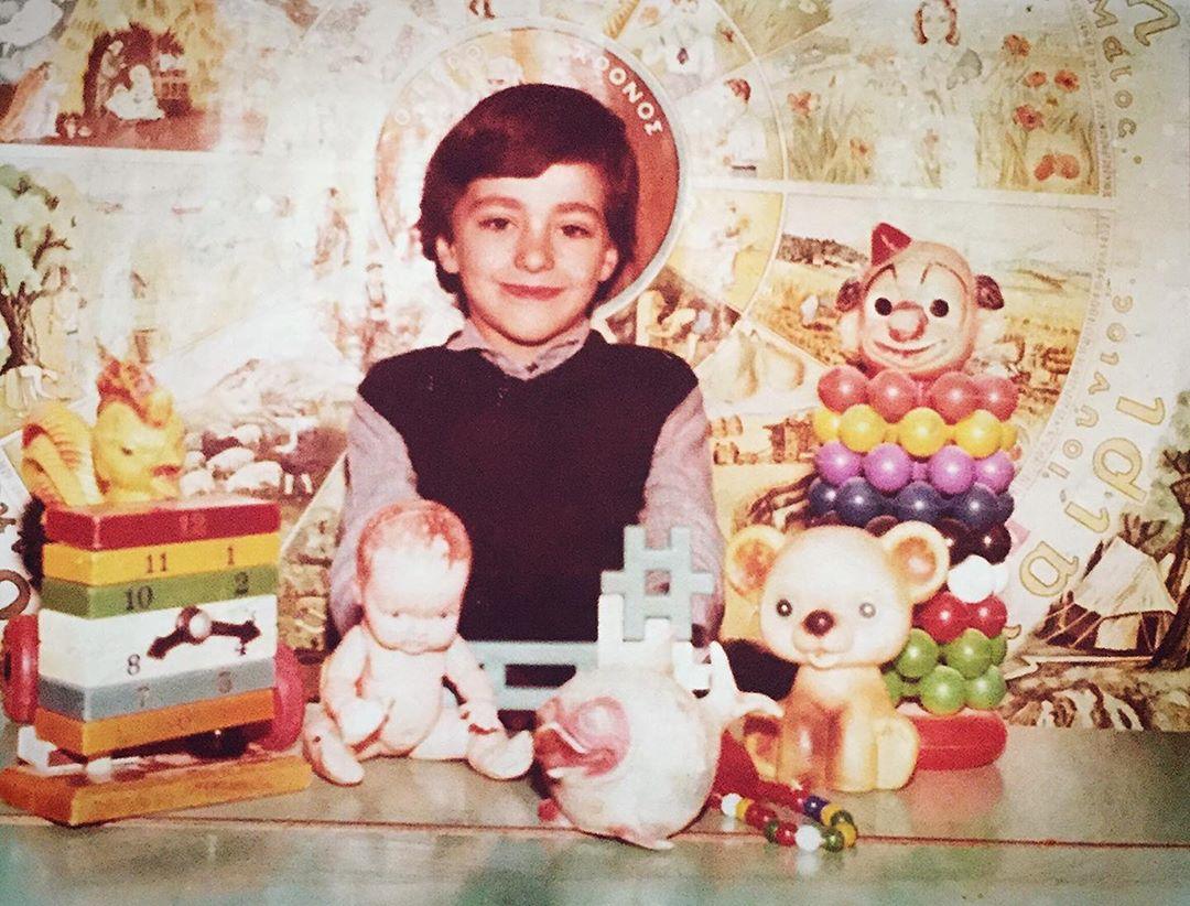 Αναγνωρίζεις το αγοράκι της φωτογραφίας; Σήμερα είναι γνωστός Έλληνας ηθοποιός!