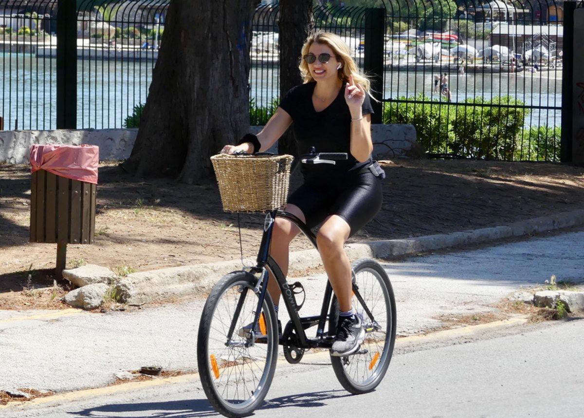 Κωνσταντίνα Σπυροπούλου: Βόλτα με το ποδήλατο στην ηλιόλουστη Βουλιαγμένη – Φωτογραφίες | tlife.gr