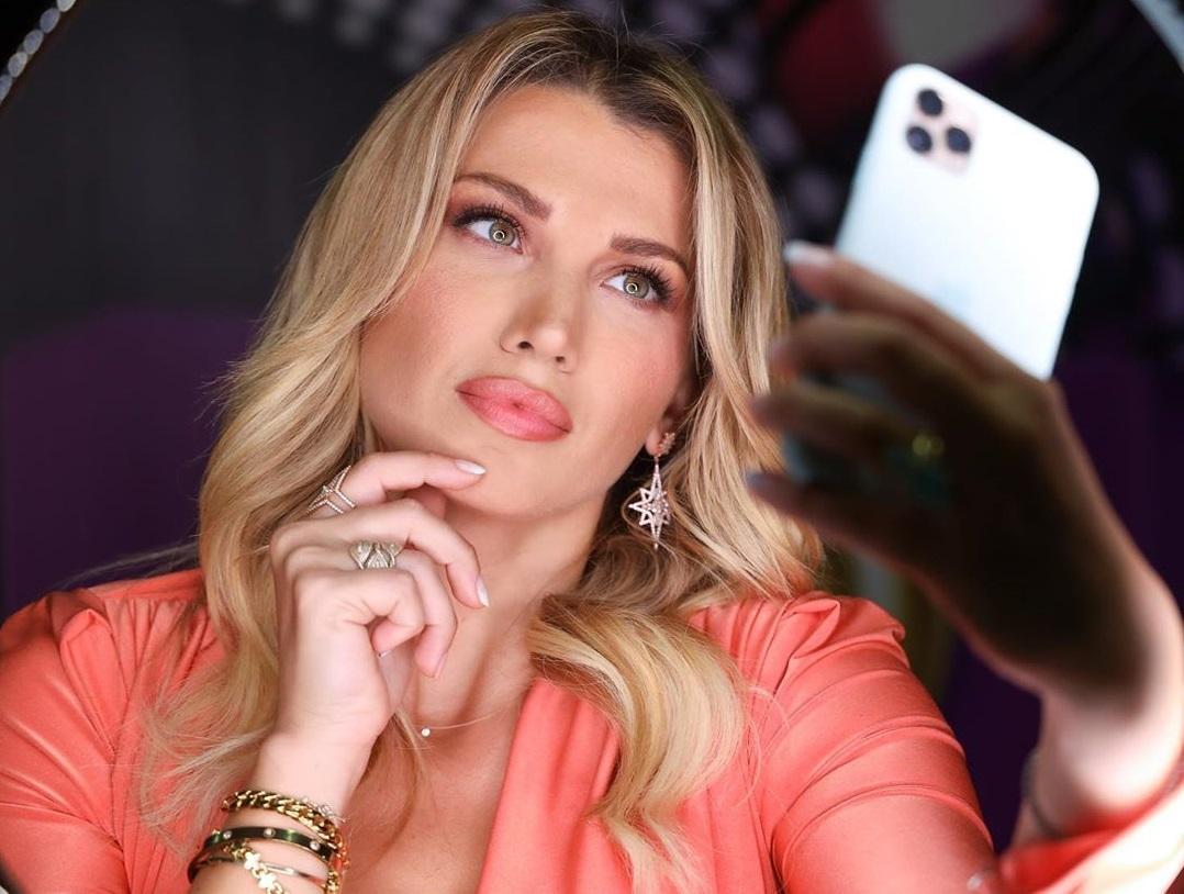 Κωνσταντίνα Σπυροπούλου: Η αλλαγή στο look της και οι πόζες με πολύχρωμο μπικίνι στην παραλία! [pics,video] | tlife.gr