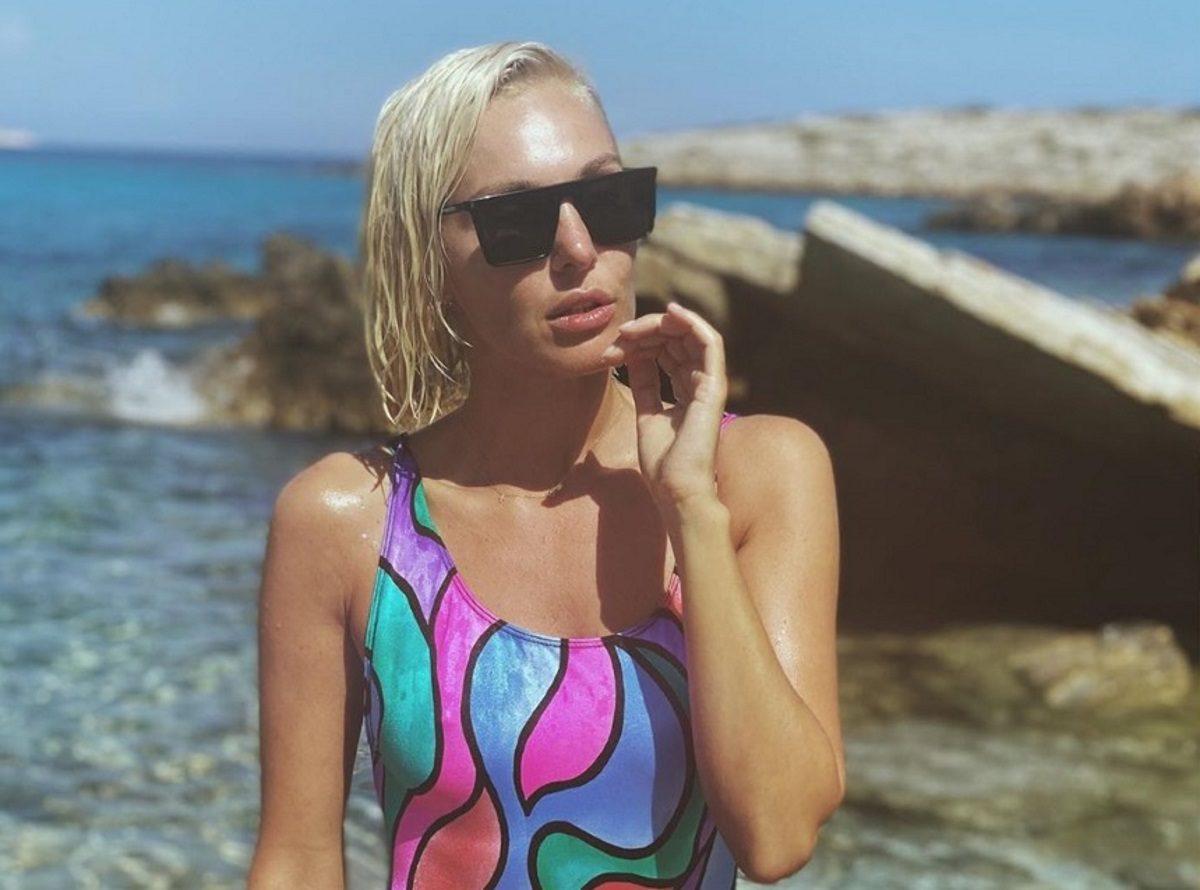 Τάμτα: Οι σέξι πόζες με μαγιό στην Αντίπαρο και τα καλοκαιρινά σχέδια με τον Πάρη Κασιδόκωστα! [pics] | tlife.gr
