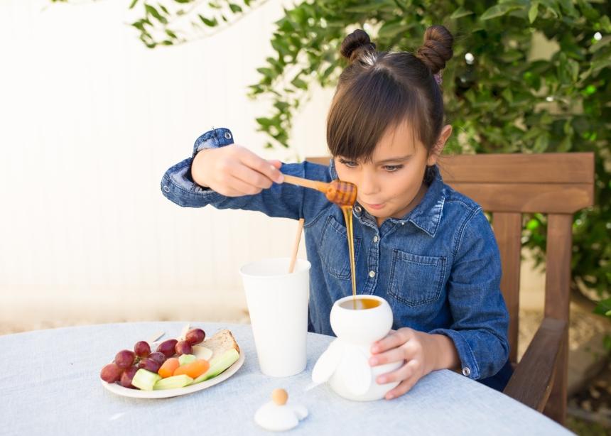 Μέλι: Από πότε μπορείς να το εντάξεις στη διατροφή του παιδιού σου;