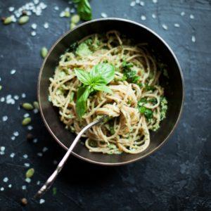 Συνταγή για καλοκαιρινή μακαρονάδα με σπιτική σάλτσα πέστο
