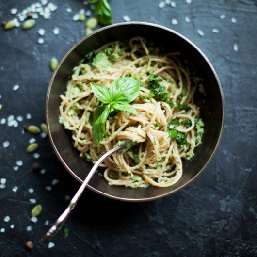 Συνταγή για καλοκαιρινή μακαρονάδα με σπιτική σάλτσα πέστο | tlife.gr