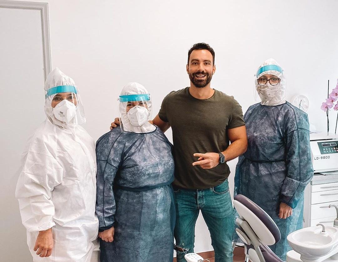 Σάκης Τανιμανίδης: Γιατί πόζαρε ανάμεσα στις κυρίες με τον πλήρη εξοπλισμό ασφαλείας; | tlife.gr