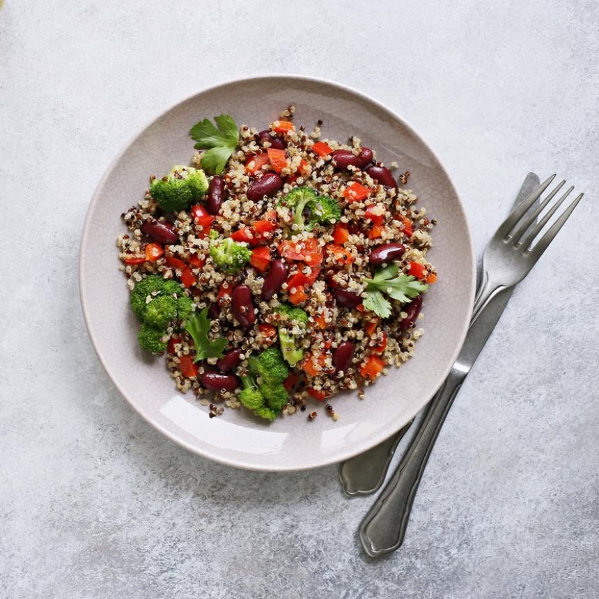 Συνταγή για θρεπτική σαλάτα με κινόα και μπρόκολο