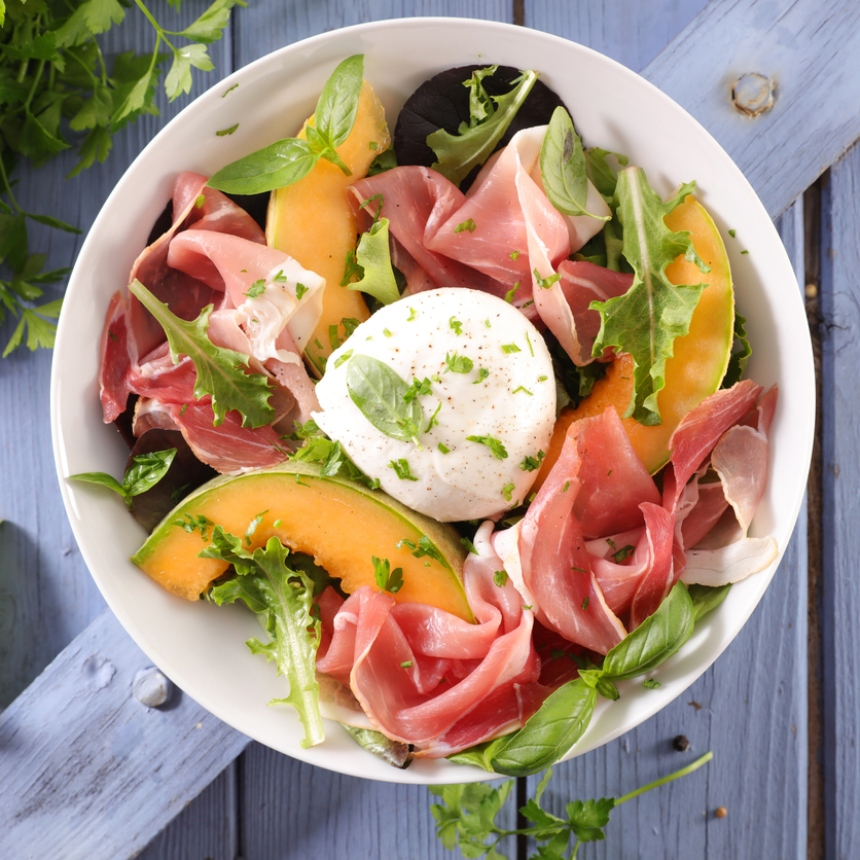 Συνταγή για δροσερή σαλάτα με πεπόνι, προσούτο και μοτσαρέλα