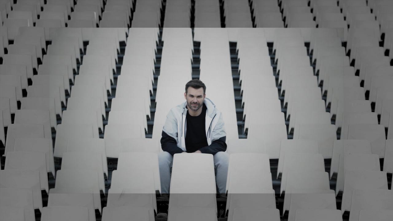 """Γιώργος Σαμπάνης: Το συγκινητικό νέο του βίντεο κλιπ για το τραγούδι """"Άγρια Θάλασσα"""""""