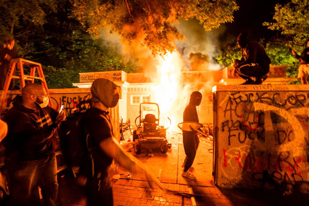 Φωτιές και δακρυγόνα έξω από τον Λευκό Οίκο – «Φυγάδευσαν» Τραμπ και Μελάνια | tlife.gr