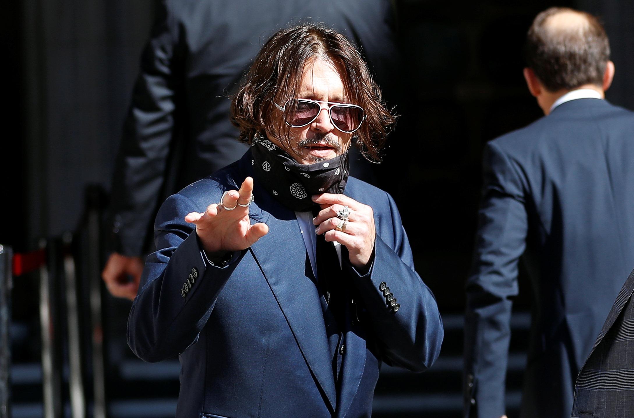 Johnny Depp: Με μάσκα στο δικαστήριο! Η Heard έφθασε με την σύντροφό της! Φωτογραφίες