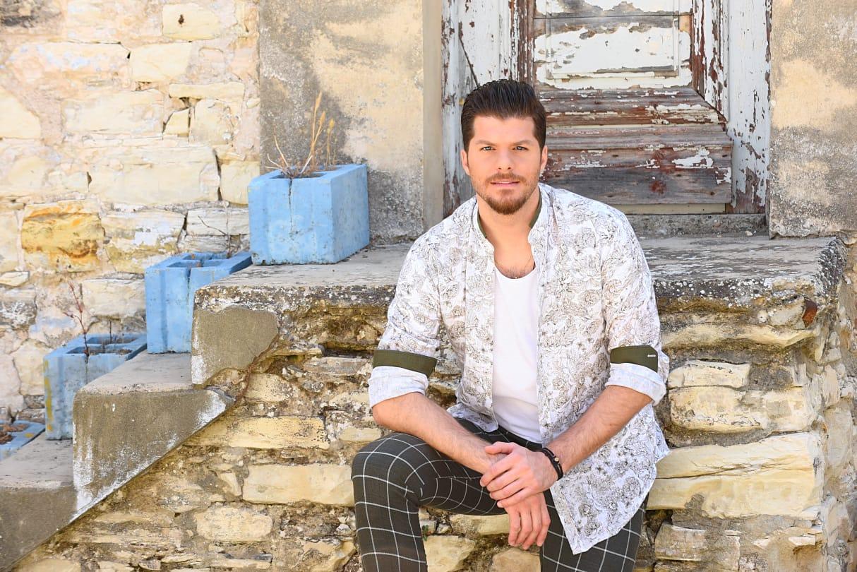 «Πάμε απ' την αρχή»: Άρωμα νησιωτικής Ελλάδας στο νέο τραγούδι του Λούκα Γιώρκα!