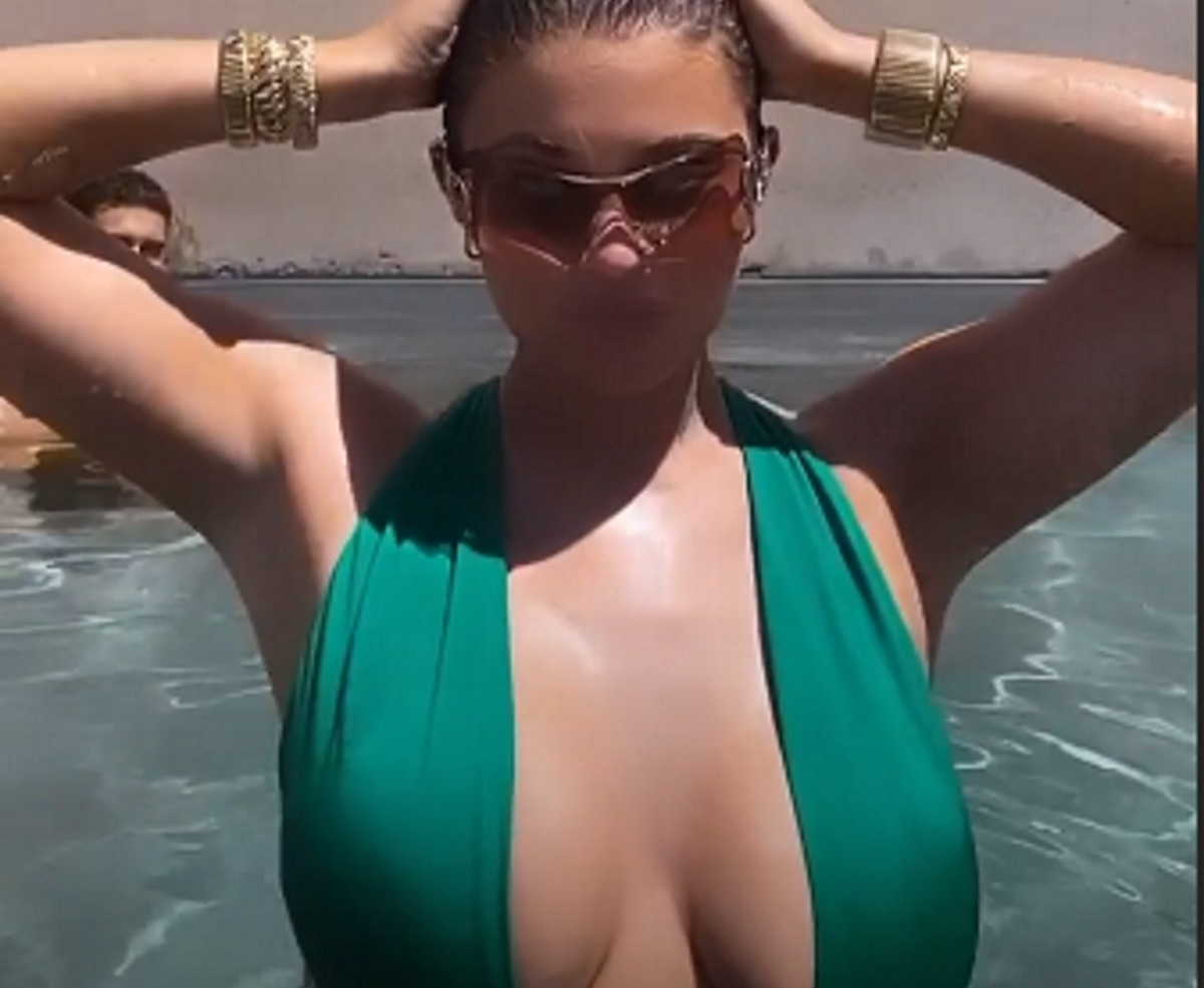 Kylie Jenner: Το πράσινο μαγιό που αποκαλύπτει το πλούσιο μπούστο της, έγινε… είδηση! video