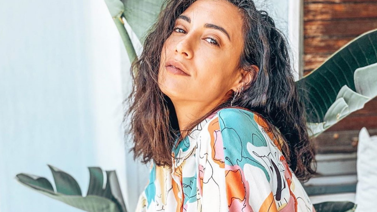 Ευγενία Σαμαρά: Ποζάρει με μπικίνι στην παραλία και εντυπωσιάζει με τις αναλογίες της!
