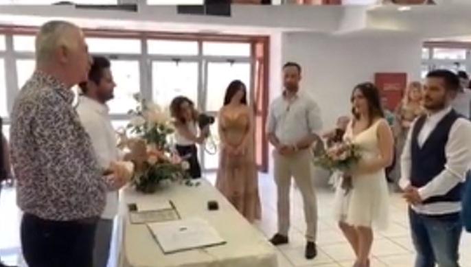 Γιώργος Τσαλίκης: Πάντρεψε ζευγάρι με μάρτυρες τον Γρηγόρη Αρναούτογλου και τον Γιώργο Λιανό! Βίντεο | tlife.gr