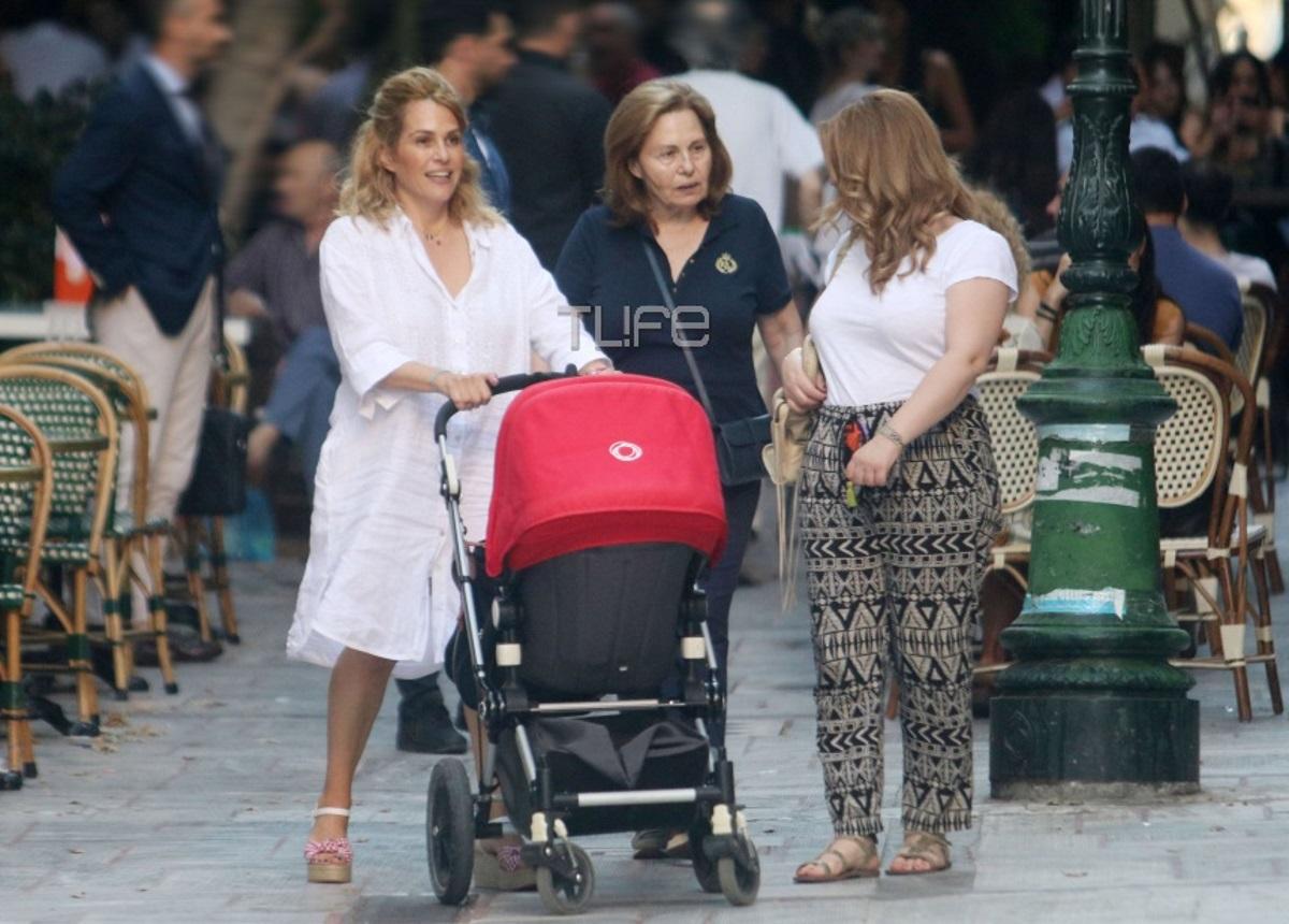 Τζένη Μπότση: Full time μανούλα! Οι βόλτες με την κόρη της στο κέντρο της Αθήνας [pics]