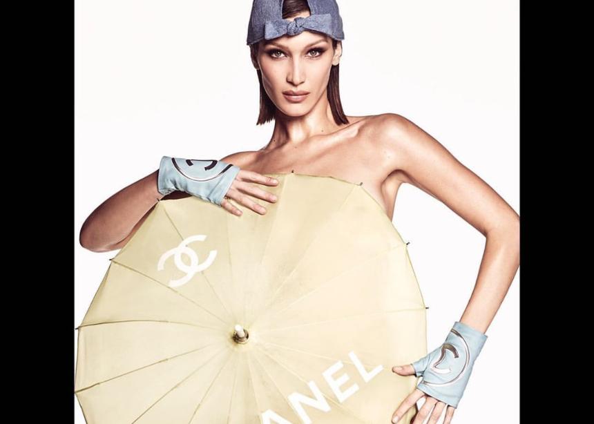 H Bella Hadid ποζάρει topless φορώντας μόνο… αξεσουάρ Chanel