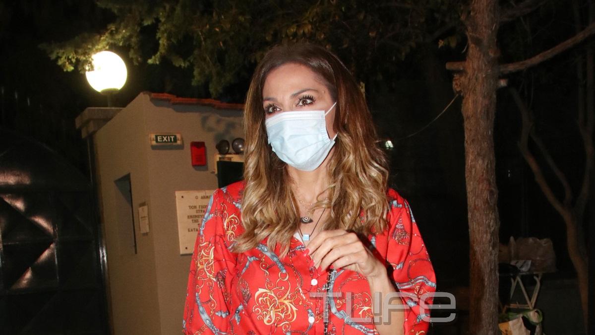 Δέσποινα Βανδή: Εμφανίστηκε σε θεατρική πρεμιέρα φορώντας μάσκα! [pics]