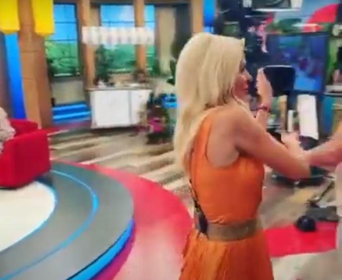 Eλένη Μενεγάκη: Το backstage βίντεο την ώρα που γυρίζει την κάμερα και φιλάει τον Μάκη Παντζόπουλο!