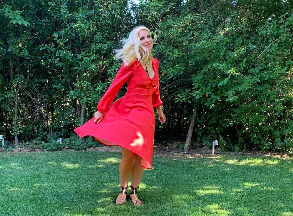 "Eλένη Μενεγάκη: Το μεγάλο ευχαριστώ για την ""επίθεση"" αγάπης και οι πόζες στον πράσινο κήπο της! [pics]"