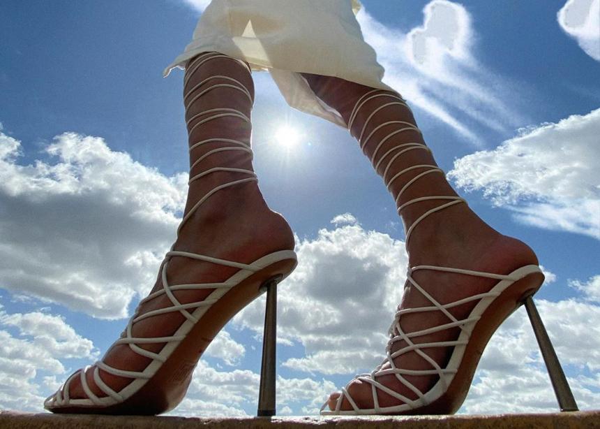H νέα capsule συλλογή της Rihanna με παπούτσια που…κόβουν την ανάσα!