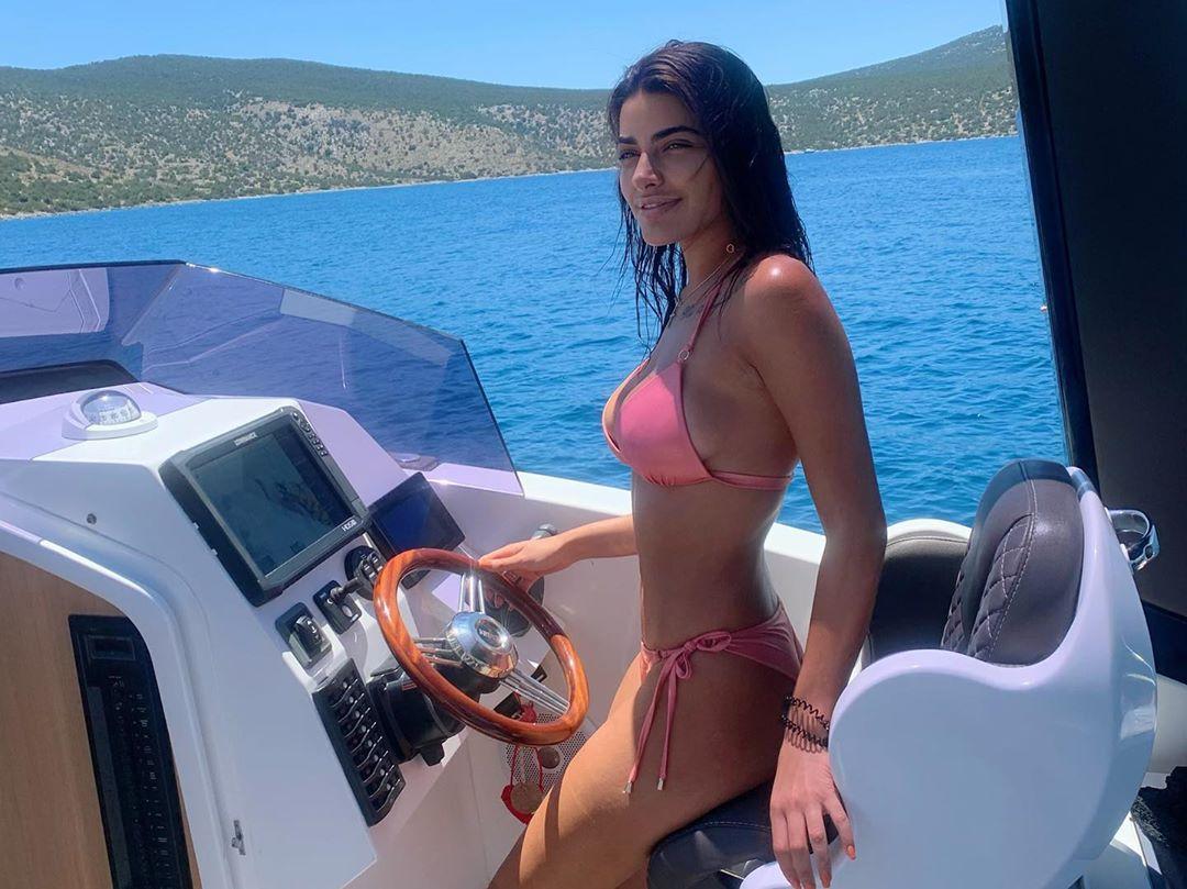 Mαρία Καζαριάν: Ποζάρει στην πισίνα και το σκάφος με μπικίνι! [pics] | tlife.gr