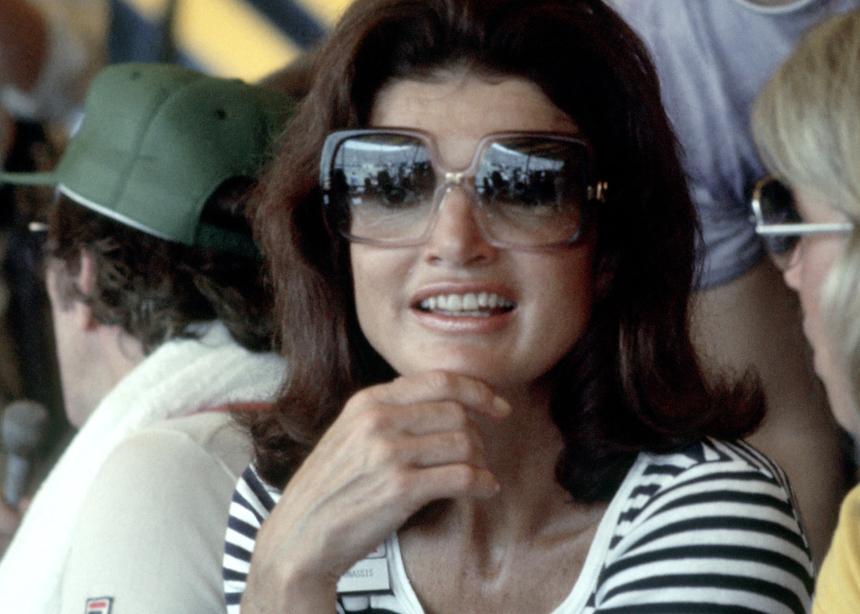 Δες τι φορούσε η Jackie O τον Αύγουστο το 1970! Άνετα το φοράς και φέτος στο νησί