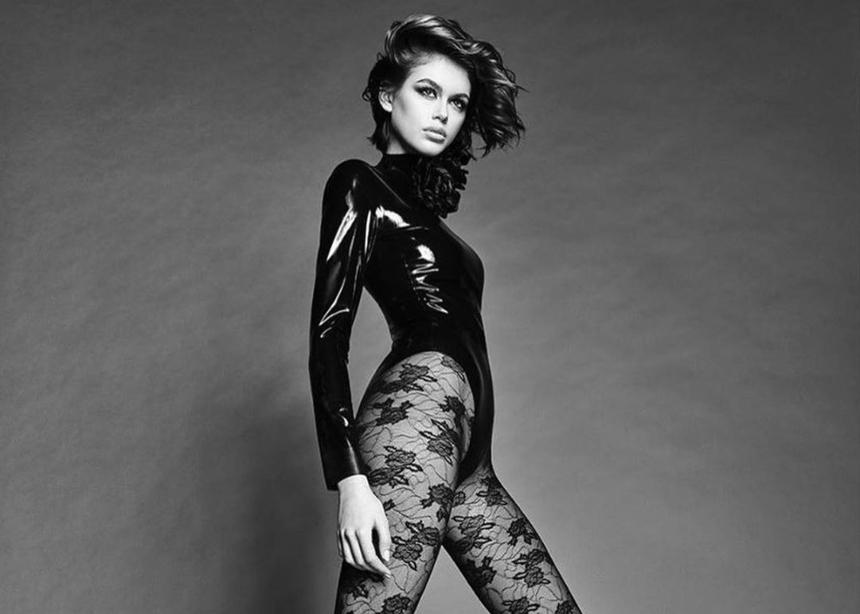Η Kaia Gerber ποζάρει γυμνή φορώντας μόνο…vinyl μπότες