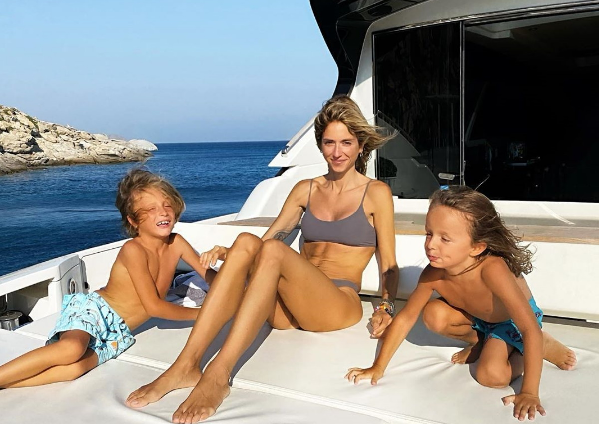 Σοφία Καρβέλα: Επέστρεψε στην Ελλάδα και κάνει διακοπές με τους γιους της στη Μύκονο! [pics]