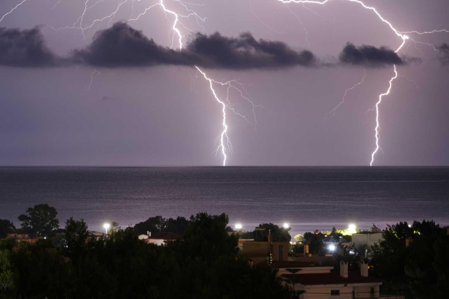 Καιρός αύριο: Έρχονται βροχές και μπόρες – Θυελλώδεις άνεμοι