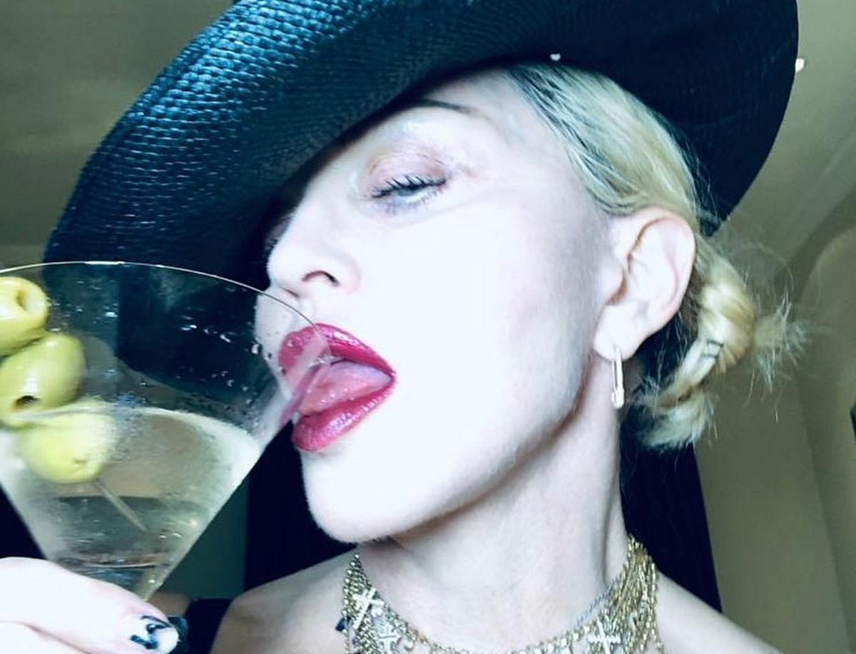 Madonna: Ποζάρει στο μπάνιο topless, αγκαλιά με το  δεκανίκι της και προκαλεί χαμό…