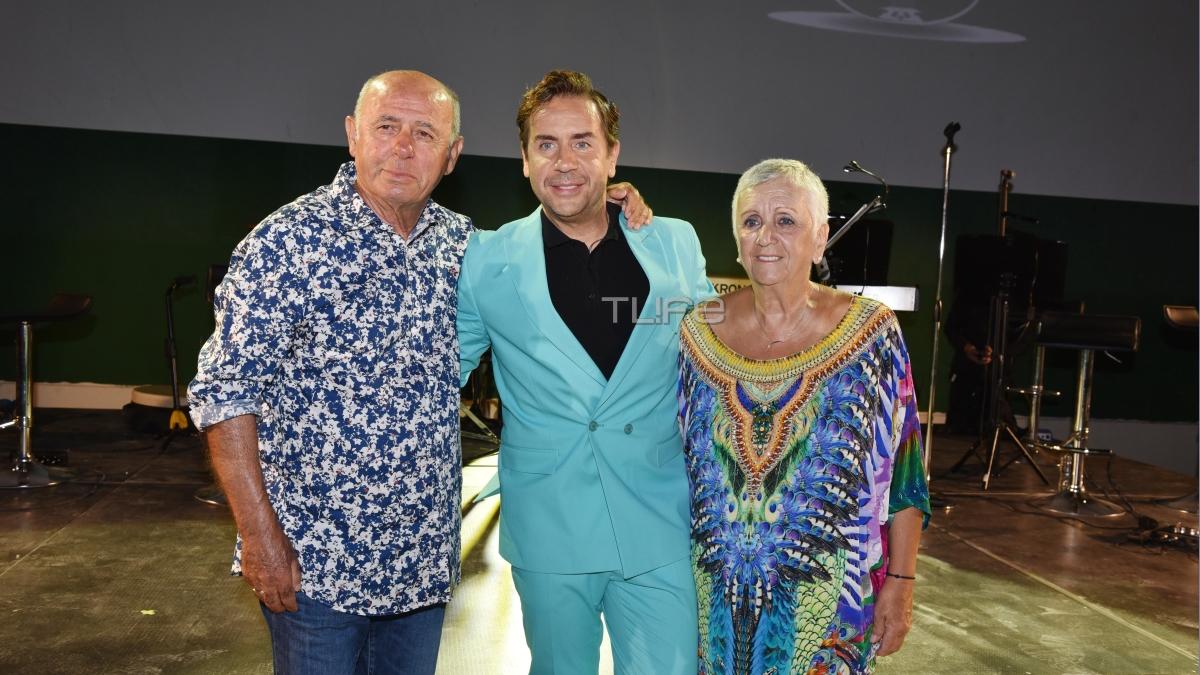 Ο Γιώργος Μαζωνάκης φωτογραφίζεται αγκαλιά με τους γονείς του!