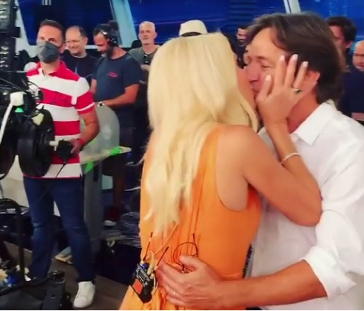 Η Ελένη Μενεγάκη αγκάλιασε τον Μάκη Παντζόπουλο και τα παιδιά της στην τελευταία εκπομπή! [pics,vid] | tlife.gr