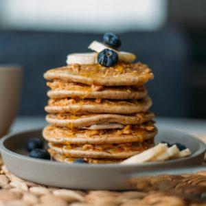 Συνταγή για σπιτικά pancakes με μύρτιλα και μέλι