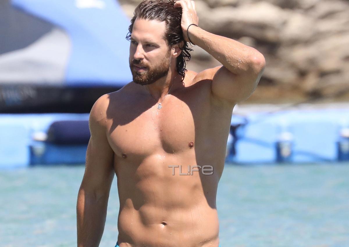 Νάσος Παπαργυρόπουλος: Το αγαλματένιο κορμί του μαγνήτισε όλα τα βλέμματα σε παραλία της Μυκόνου! [video]