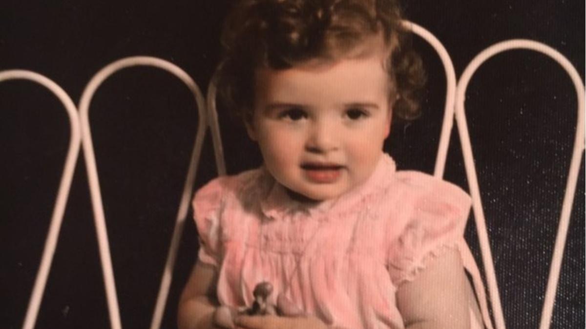 Το χαριτωμένο κοριτσάκι της φωτογραφίας είναι γνωστή Ελληνίδα ηθοποιός! Την αναγνωρίζεις;