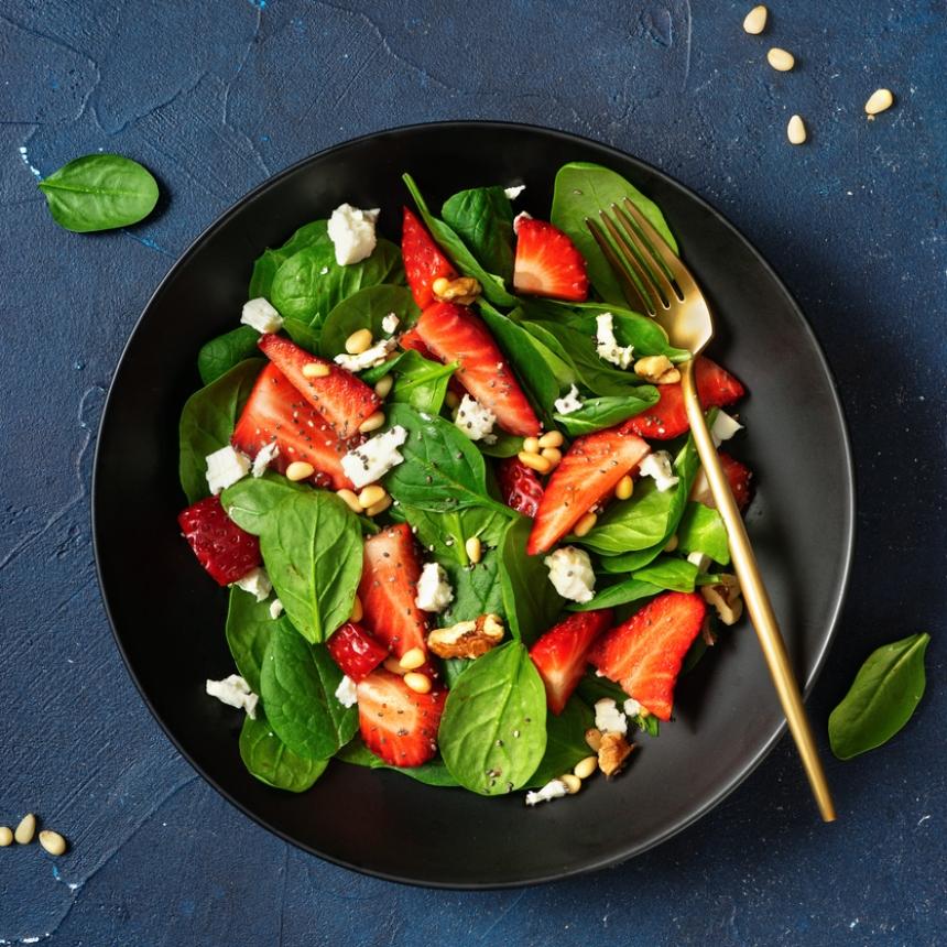 Συνταγή για πράσινη σαλάτα με σπανάκι και φράουλες