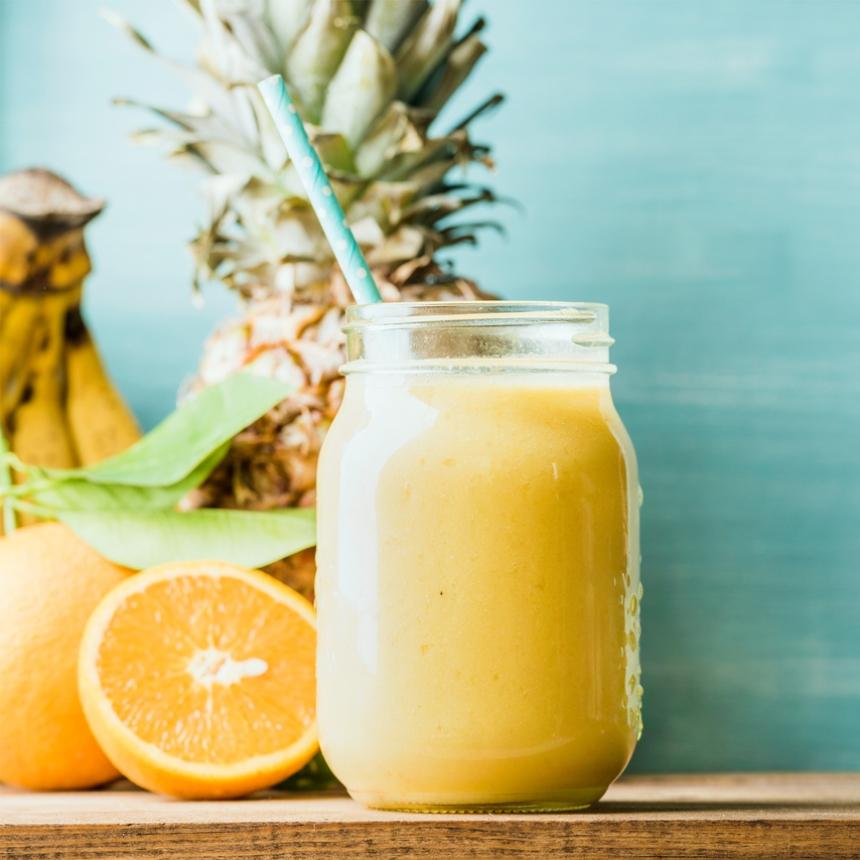 Συνταγή για δροσιστικό smoothie με ανανά και παπάγια
