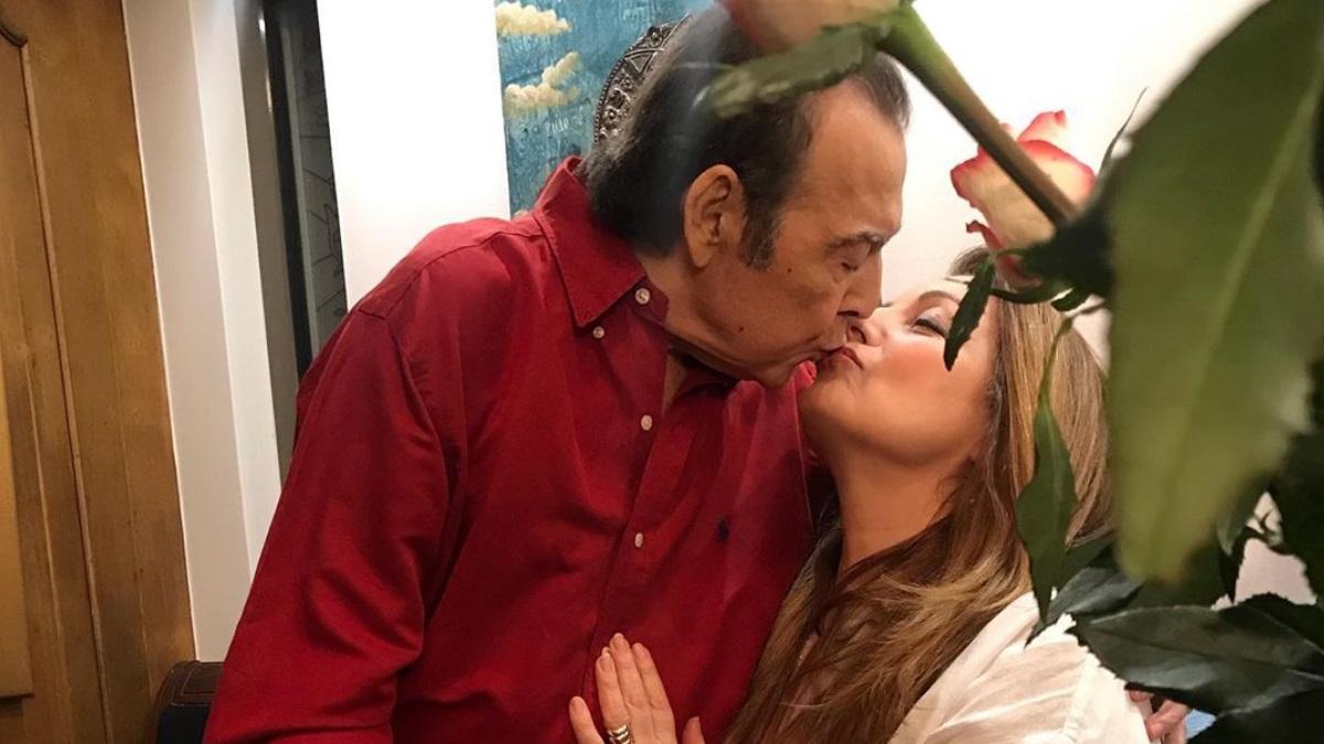 """Ο Τόλης Βοσκόπουλος """"έκλεισε"""" τα 80 με την σύζυγό του, Άντζελα Γκερέκου, στο πλευρό του!"""