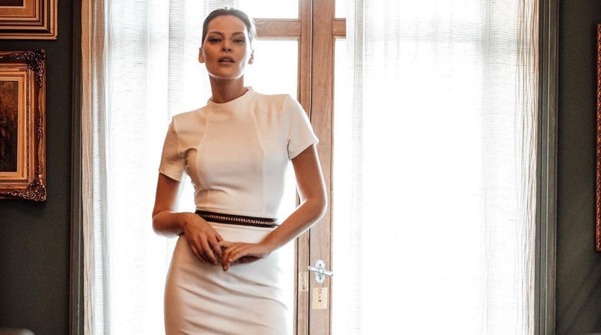 """Υβόννη Μπόσνιακ: Οι πόζες της με λευκό μπικίνι """"έβαλαν"""" φωτιά στο Instagram! [pics]"""