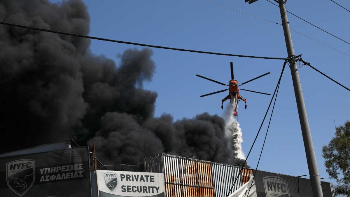 """Μεγάλη φωτιά στη Μεταμόρφωση – """"Πνίγεται"""" η Αθήνα από τους καπνούς!"""