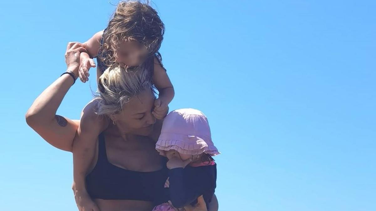 Πηνελόπη Αναστασοπούλου: Βουτιές και παιχνίδια στη θάλασσα με τις κόρες της!