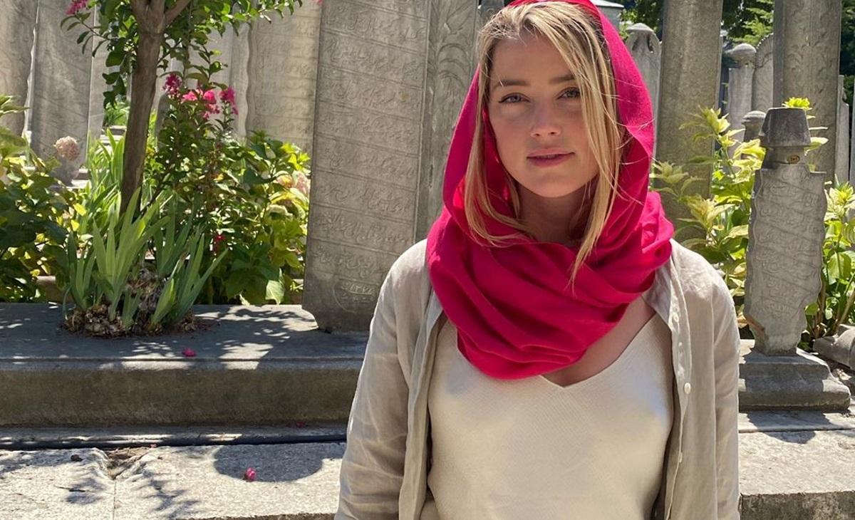 Η άσεμνη εμφάνιση της Amber Heard σε τζαμί που έκανε έξαλλους τους Τούρκους! Video