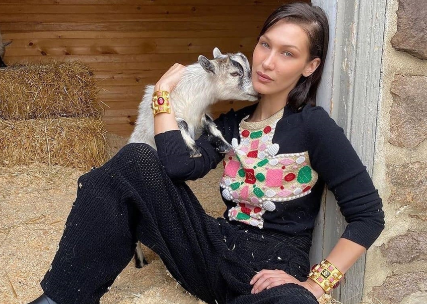 H Gigi Hadid φωτογραφίζει το πρώτο της editorial μόδας στο οποίο ποζάρει η Βella